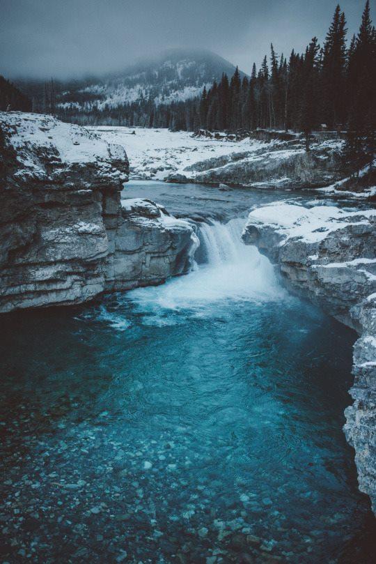 Imagen con fondo para celular de una cascada azul
